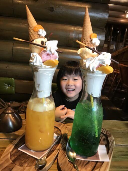 OBログ北越谷クリームソーダパフェを2つ並べて子供と比較