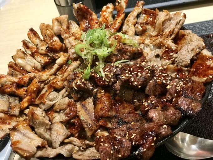 D64E4AB0 B0A3 4988 A4A4 4D926D198F70 - 池袋肉劇場(東京都豊島区)関西発デカ盛り4種類の肉が乗せられた3.5ポンドの贅沢な肉劇場丼【大食い】